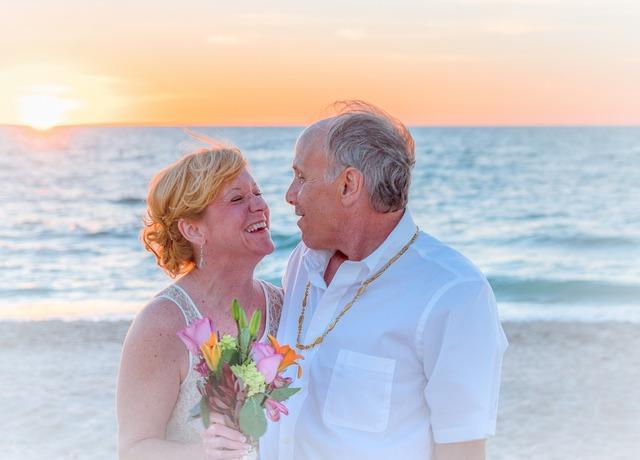 casal de idosos na praia
